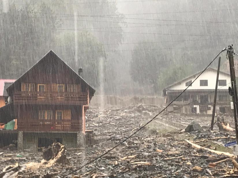 Imaginea articolului Oameni evacuaţi din cauza unei viituri. Un Drum Naţional este blocat de aluviuni/ Imagine impresionantă cu intervenţia pompierilor