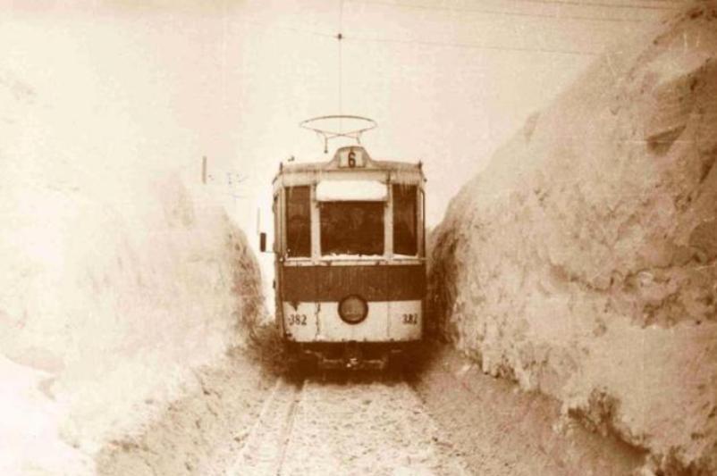 Cum arătau Bucureştii în iarna lui 1954.Troienele de zăpadă atingeau 5 metri, iar vântul bătea cu 126 km/h