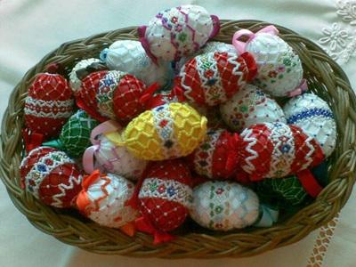REPORTAJ: Ouă cu mărgele, fete stropite cu parfum şi haine noi, obiceiuri de Paşte în Bistriţa-Năsăud