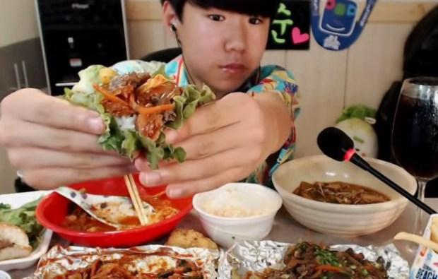 Cum reuşeşte acest tânăr să câştige până la 1.500 de dolari pe noapte, doar luând cina în faţa camerei web