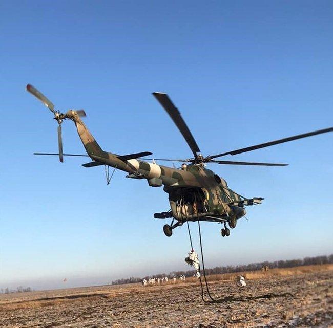 Воины 81-ой ОАБр отработали беспарашютное десантирование с вертолета 02