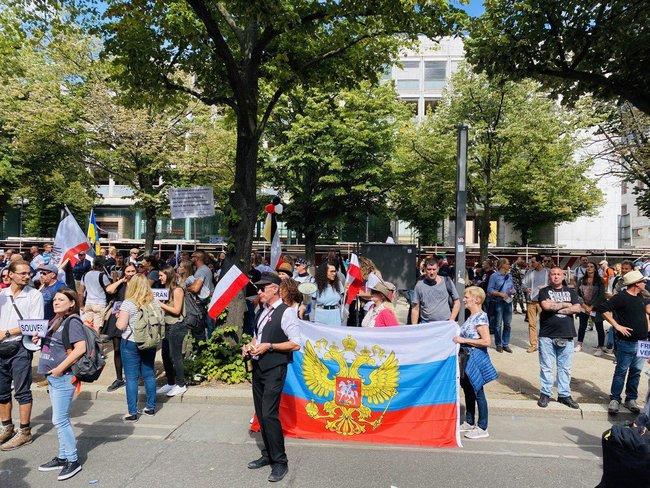 Протестувальники, які виступають проти коронавірусних обмежень, у Берліні принесли прапор ДНР і просили про допомогу Путіна і Трампа 05