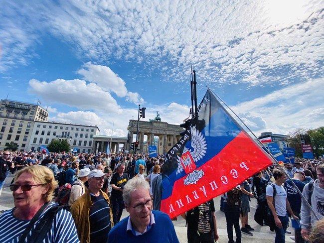 Протестувальники, які виступають проти коронавірусних обмежень, у Берліні принесли прапор ДНР і просили про допомогу Путіна і Трампа 06