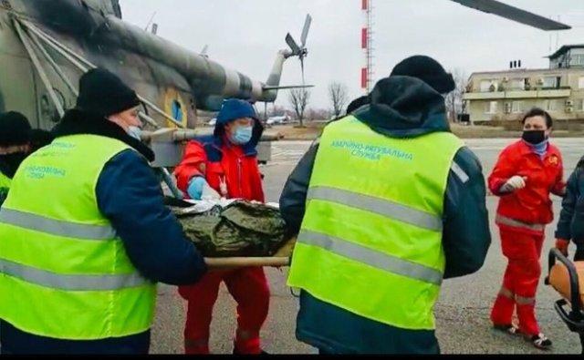 Война без выходных: в Днепр на вертолете эвакуировали двух военнослужащих с минно-взрывными травмами 03