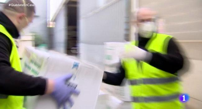Испанский телеканал показал разгрузку респираторов из Украины 02