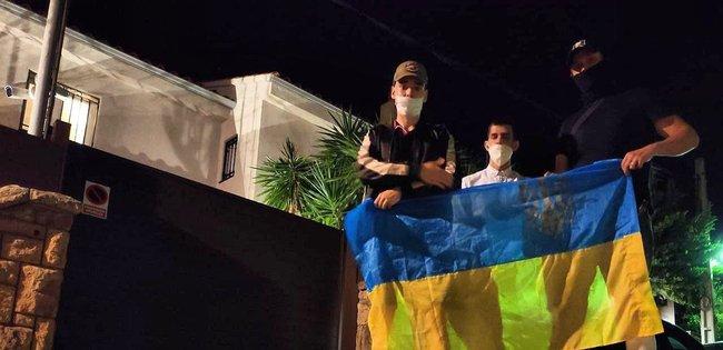 Ветерани біля вілли Шарія в Іспанії попередили сусідів, що господар підозрюється в педофілії, а в будинку проводять підпільний збір аналізів і фекалій 03