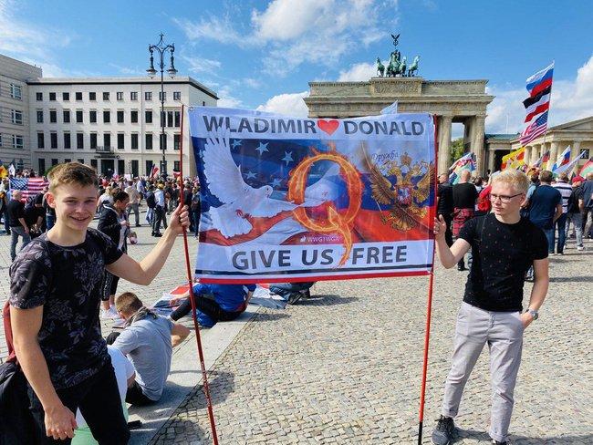 Протестувальники, які виступають проти коронавірусних обмежень, у Берліні принесли прапор ДНР і просили про допомогу Путіна і Трампа 07