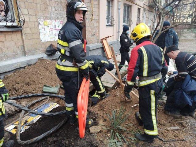 Мужчина погиб в Киеве в результате обвала грунта 01