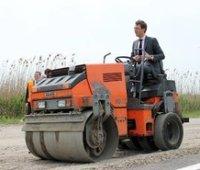 Омелян обвинил местные власти в затягивании ремонта дорог