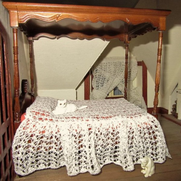 Miniature knitted bedcover