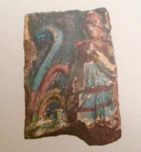 Antefissa Protocasa del Granduca Michele, prigioniera orientale con berretto frigio che regge un oggetto (probabile si tratti di uno scudo, trofeo).