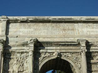 800px-Arco_di_settimio_severo_iscrizione