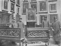 La Gioconda esposta tra le guardie nella sala dei ritratti italiani agli Uffizi per mantenere l'ordine pubblico (da Project Gutenberg)