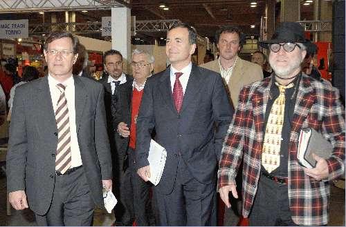Erwin Stricker (terzo a destra) in una foto recente che lo mostra durante un incontro ufficiale. Fonte: Studio YES-Bolzano.
