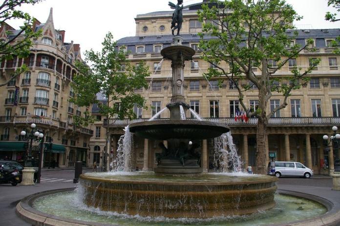 fountain - Paris travel tips