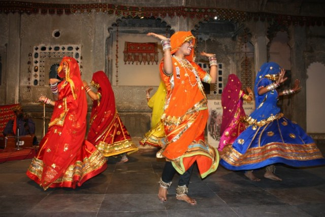 Traditional Rajasthani clothing: Udaipur to Pindwara road trip