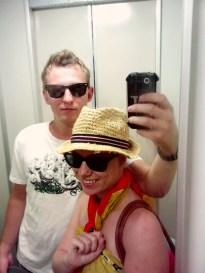 10:24 - Fahrstuhlfoto mit Vanessa im Strand Outfit.