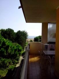 15:23 - Vom Balkon hat man direkten Blick auf (den Nachbarbalkon und) das Meer.