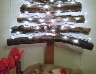 rustic-stacked-log-christmas-tree-http://www.stowandtellu.com