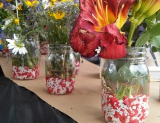 fish-tank-gravel-in-mason-jars-wedding-party-ideas-http://stowandtellu.com