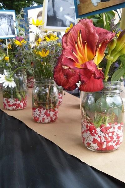 fish-tank-gravel-in-mason-jars-wedding-party-ideas-http://stowandtellu.com