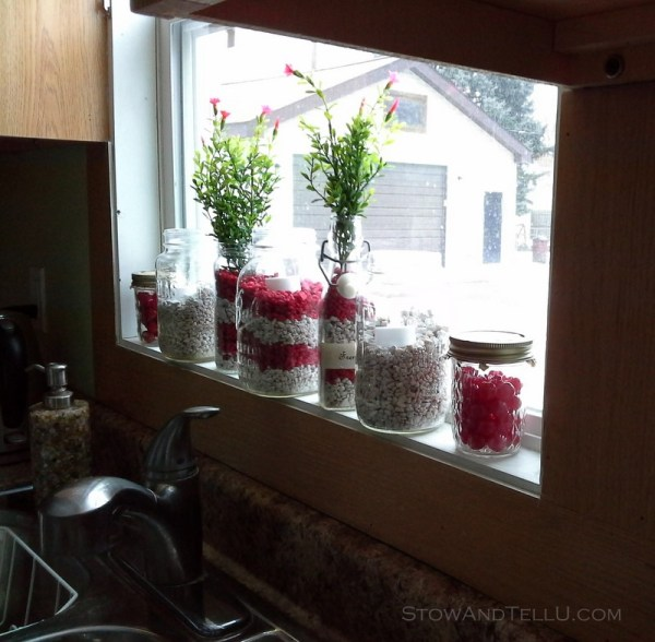 kitchen-window-decorating-aquarium-gravel-in-jars