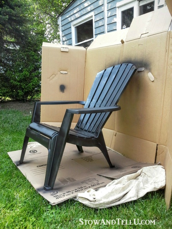 How to make board spray paint booth - Tutorial for spray painted plastic lawn chairs with a tip for making an easy spray paint booth with cardboard - garden, yard work, yardworkation - StowAndTellU.com