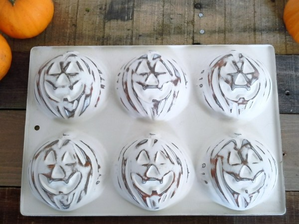 diy-distressed-painted-pumpkin-tin - StowAndTellU.com