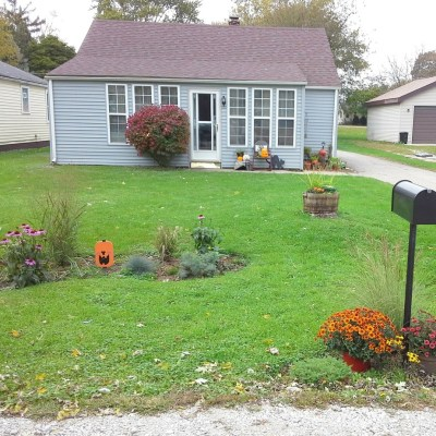 Front Yard Update and Halloween Porch {YardWorkation 5}