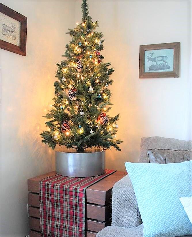 Faux galvanized bucket diy Christmas tree stand | Upcycled hat box tree collar | stowandtellu.com