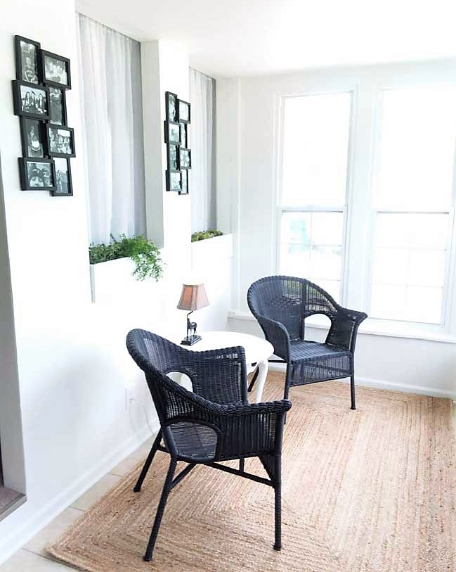 Black wicker chairs on sun porch | How to spray paint resin and plastic wicker | stowandtellu.com