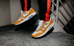nike-air-max-1-dark-curry-straat-out-the-box