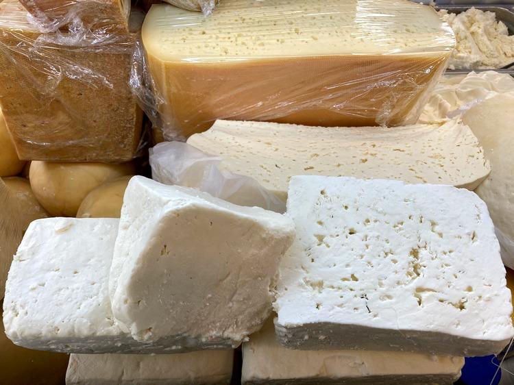 Brânzeturi tradiționale de calitate superioară, care păstrează gustul autentic și aroma deosebită.