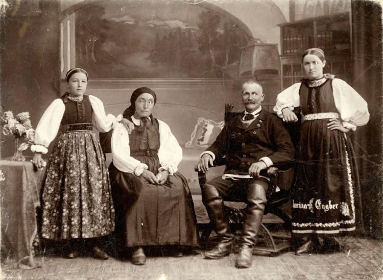 Familia Engber (sași din zona Sibiu - Mediaș), atelier Emil Fischer, Sibiu, cca. 1921 - 1925, colecţia Renascendis / sursa: Arhiva de Fotografie