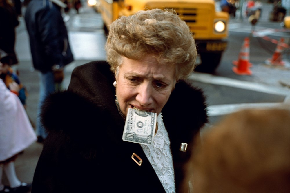 Street Photography Motif #01: Money In Mouth