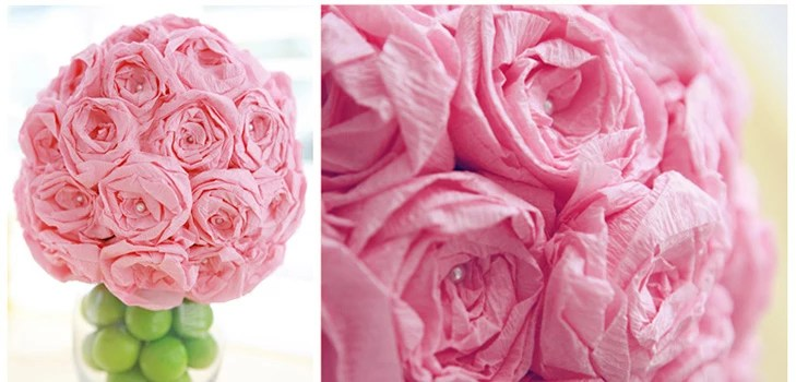 अपने हाथों से नैपकिन से गुलाब