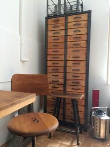Schubladenschrank mit 34 Schubladen aus Holz