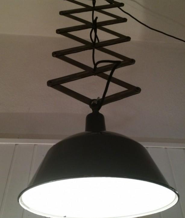 vintage industriedesign, emailelampe, Blechlampe, Metalllampe, grosse Scherenlampe,
