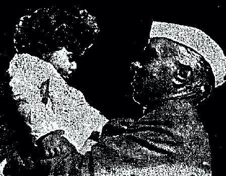 Ο Ινδός πρωθυπουργός, Παντίτ Νεχρού, κρατώντας στην αγκαλιά του τη μικρή Σαντί