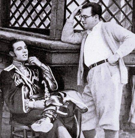 """Ο Ροδόλφο Βαλεντίνο μαζί με τον George Ullman, στα γυρίσματα της ταινίας """"The Eagle"""""""
