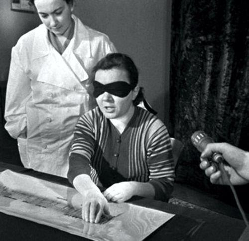 Η Rosa Kuleshova κατά τη διάρκεια πειράματος