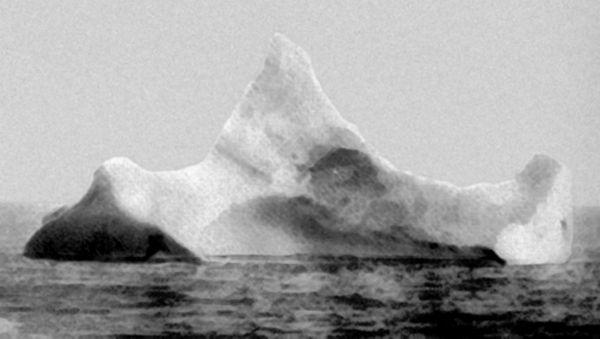 Το παγόβουνο στο οποίο εικάζεται ότι προσέκρουσε ο Τιτανικός, όπως φωτογραφήθηκε το ξημέρωμα της 15ης Απριλίου του 1912