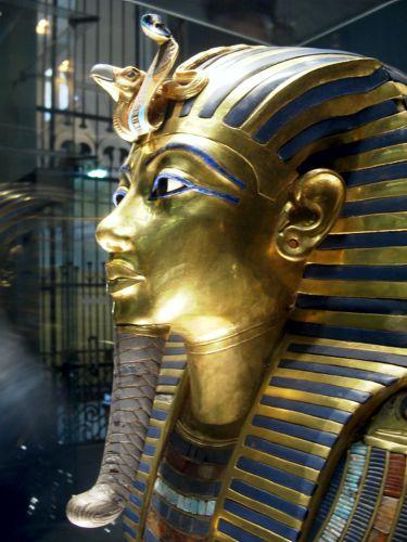 Η μάσκα του Τουταγχαμών, στην οποία δεσπόζει ο Ουραίος Όφις