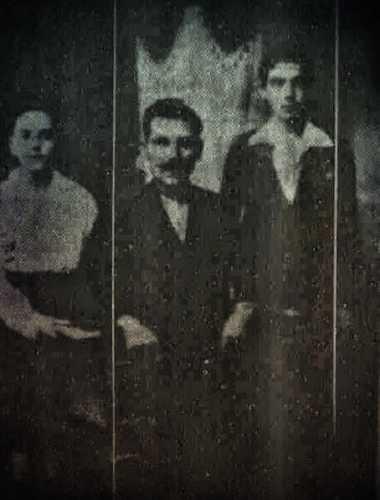 Δεξιά, ο δεκαεπτάχρονος Δημήτρης Σούας, με τον πατέρα του και τον μικρότερο αδελφό του