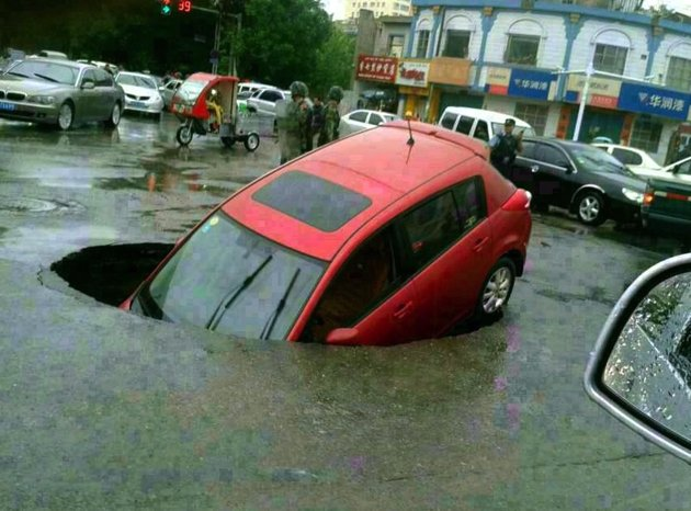sinkhole swallows car in China may 16 2013, sinkhole, sinkhole formation, cave-in, sinkhole formation china 2013, sinkhole formation china may 2013, sinkhole around the world may 2013, large sinkhole formation china, china sinkhole, china road collapse, car swallowed by sinkhole in china may 2013
