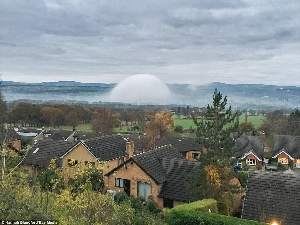 brouillard dôme, brouillard dôme rare, galles brouillard dôme, Rare «brouillard dôme» photographié près de Tremeirchion, Pays de Galles, le brouillard galles dôme image, image brouillard galles dôme