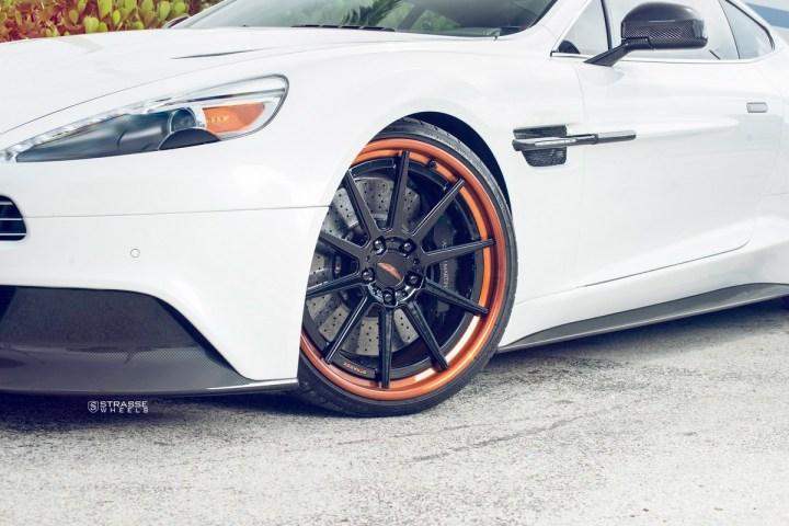 Aston Martn V 13