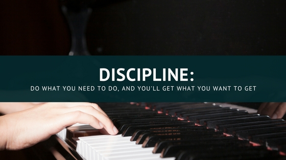 Person's hands playing the piano. The image is intended to be a metaphor for discipline, the subject of the article.