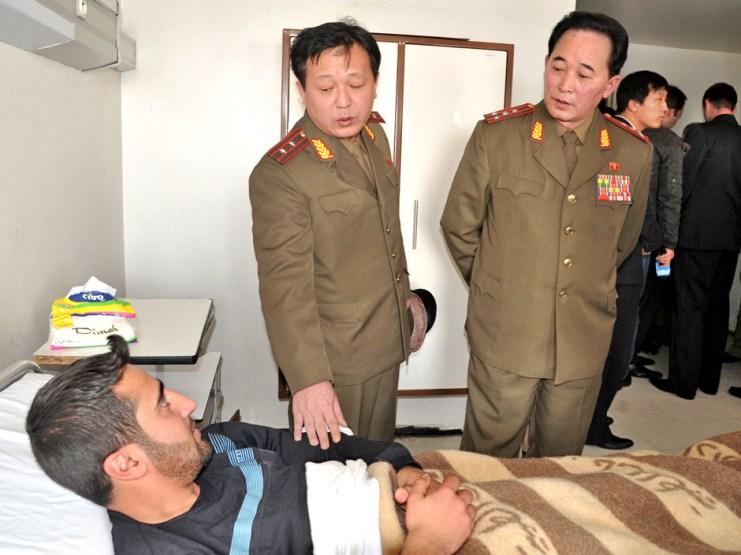 Le conflit syrien est loin de se limiter au Moyen-Orient mais a des connections avec d'autres régions du monde telle que la péninsule coréenne. Tous deux classés dans l'axe du mal des néoconservateurs US, la Corée du Nord et la Syrie gardent un étroit dialogue stratégique. Sur cette photos, des officiels nord-coréens au chevet d'un militaire syrien blessé à l'hôpital Tishrine de Damas.