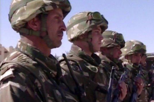 """Soldats de l'armée algérienne. Depuis quelques temps, l'armée algérienne a dépêché d'importants renforts militaires aux frontières avec le Mali, la Libye et la Tunisie pour parer à toute infiltration terroriste transnationale. Cette armée étudie minutieusement depuis 2003 les réactions des armées serbe, irakienne, libyenne et syrienne au cours des conflits ayant affecté les Balkan et la région du Proche-Orient pour en tirer """"des leçons""""..."""